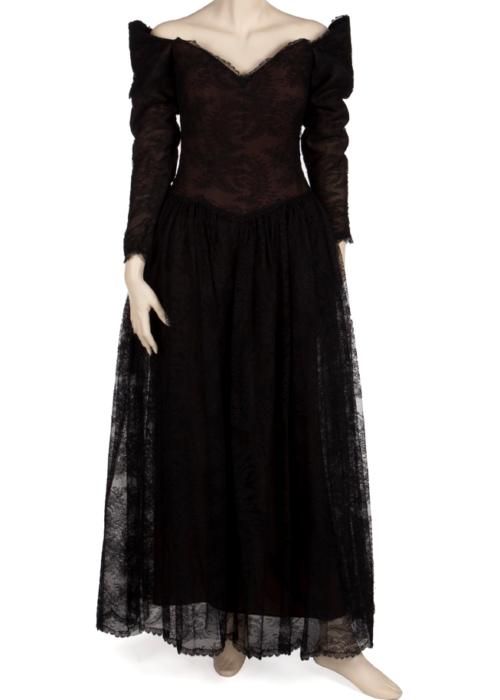 Nolan Miller tasarımı elbise. Taylor bu elbiseyi 1992 yılında Sheba Humanitarian Award Ceremony'de the Beverly Hilton otelinde giydi. (2 bin dolar)